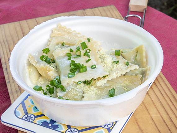 Ravioles rellenos jaiba, queso, cebollin y crema