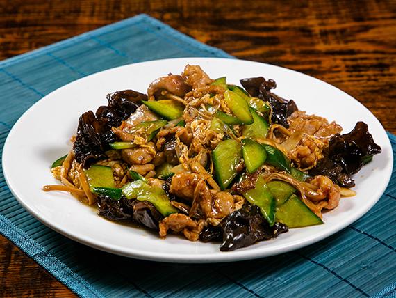 Carne de cerdo al wok con huevos y hongos negros
