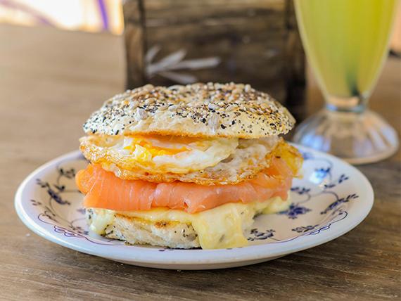 Bagel eggs salmón