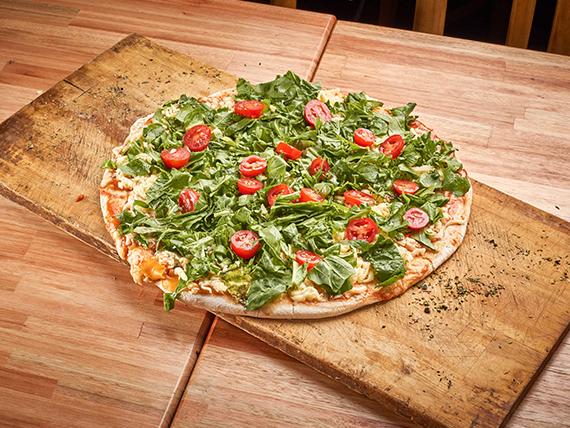 A07 - Pizza mozzarella con rúcula y tomates cherry