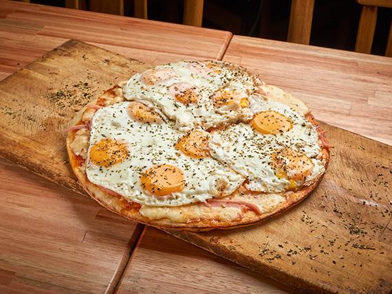 A18 - Pizza mozzarella con jamón, huevo frito y aceitunas