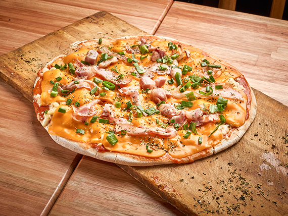 A11 - Pizza mozzarella con cheddar, panceta y verdeo