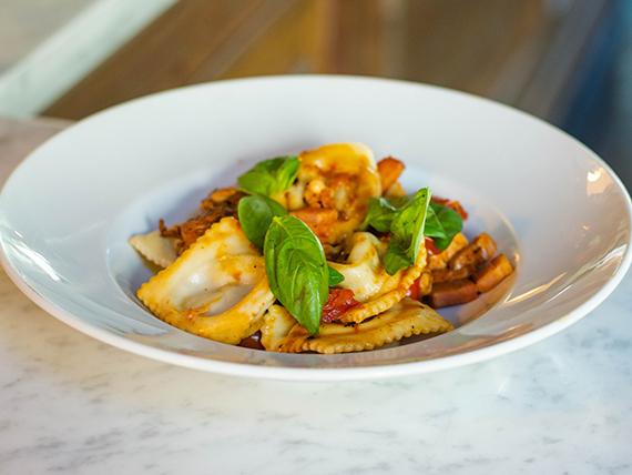 Raviolón de carne, espinaca y parmesano