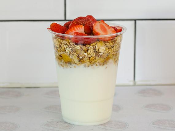 Yogurt con Granola y frutas cortadas