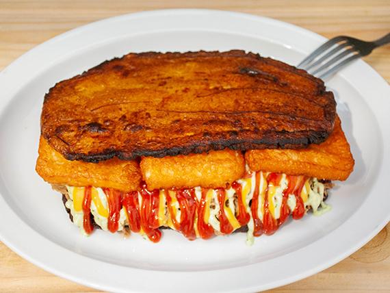 Patacón de pollo mechado y queso frito