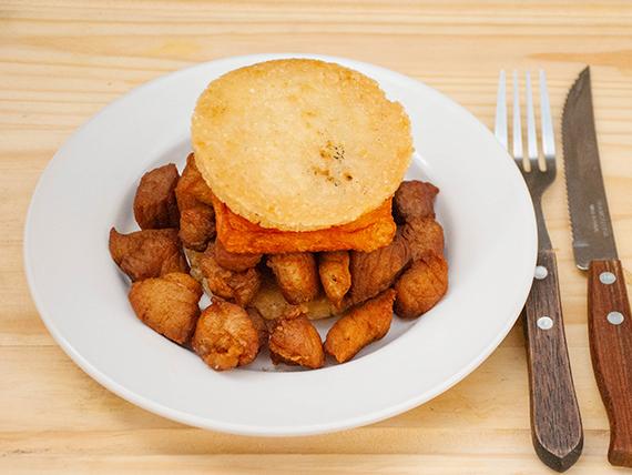 Arepa de chicharrón y queso frito