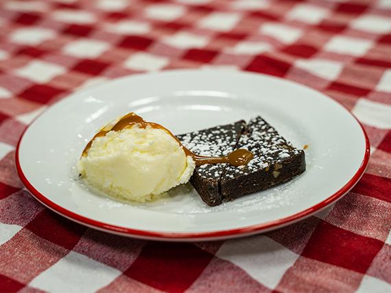 Brownie de chocolate con healdo