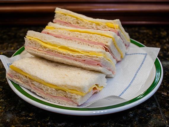 Sándwich de miga triple de jamón cocido y queso