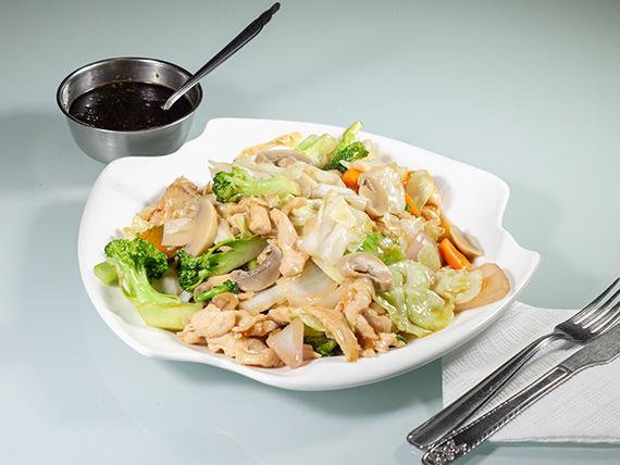 Pollo picado con verduras y hongos con acompañamiento
