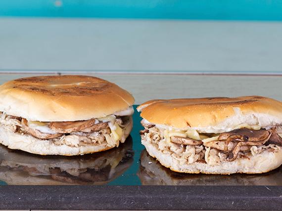 2 Sándwich (14 cm) de mechada con huevo revuelto, champignones y mayonesa + 1 bebida de 350 ml