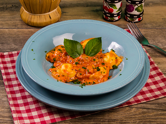 Ravioli de carne con salsa