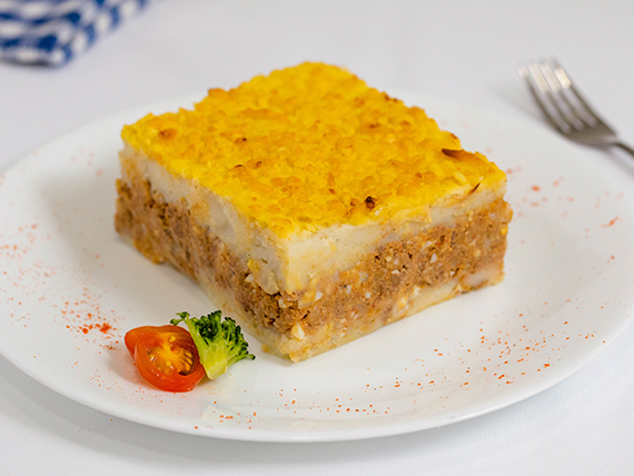 Pastel de carne con ensalada mixta