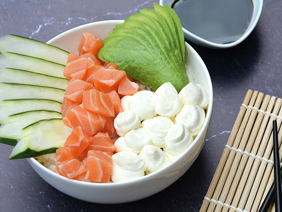 Sushi salad salmón, palta, phila y pepino