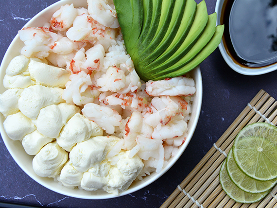 Sushi salad salmón, langostinos, palta y phila