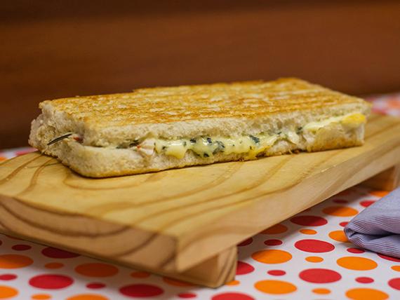 Sándwich caliente de pollo y roquefort