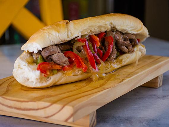 Sándwich de carne con morrón y cebolla