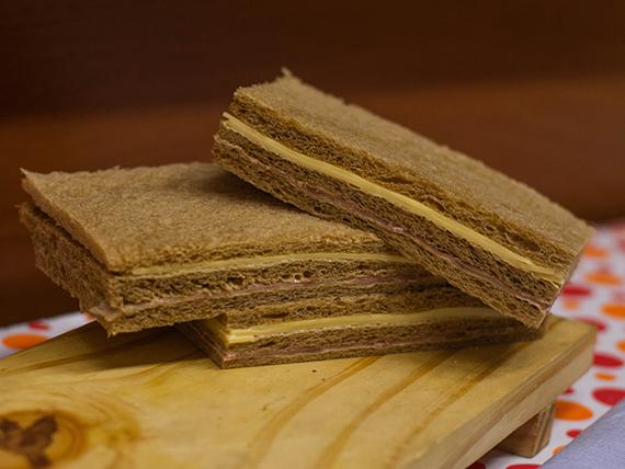 Sándwich de jamón crudo y queso  (6 unidades)