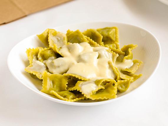 Ravioles y salsa a elección + queso