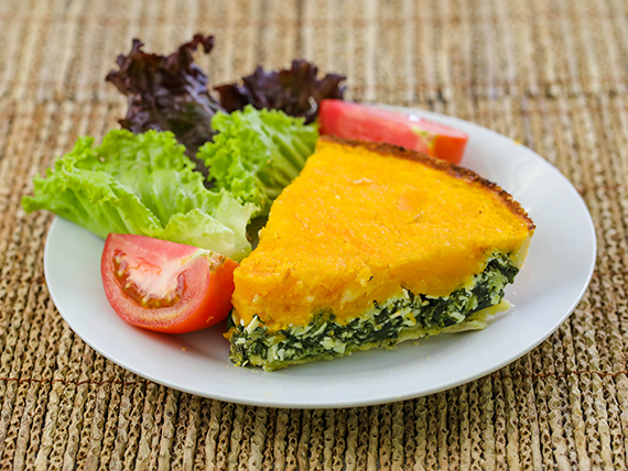 Porción de tarta de calabaza y verduras