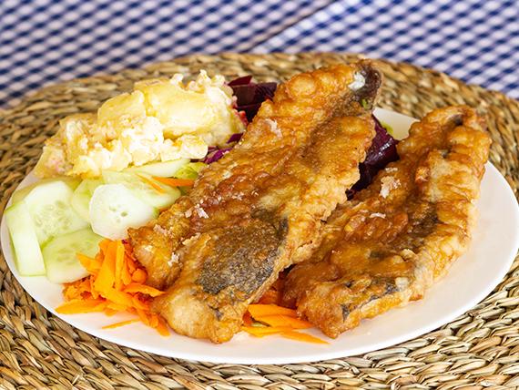 Pescado frito con ensalada mixta