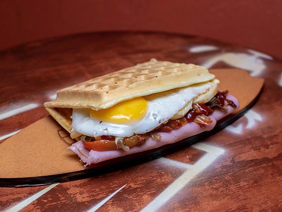Waffle con jamón y queso