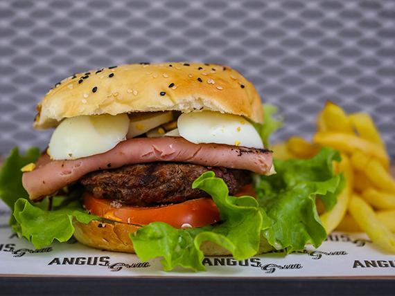 Hamburguesa de asado uruguaya con papas fritas
