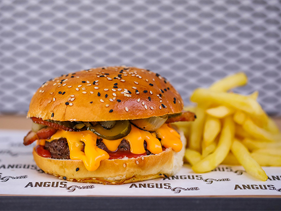 Hamburguesa de asado americana con papas fritas