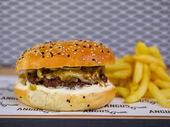 Hamburguesa de asado argentina con papas fritas