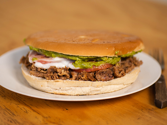 10. Sándwich de carne, palta, tomate y mayonesa