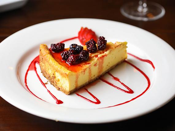 Cheesecake con mermelada de frutos rojos