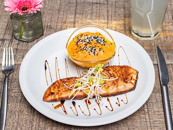 Salmón grillado con salsa teriyaki