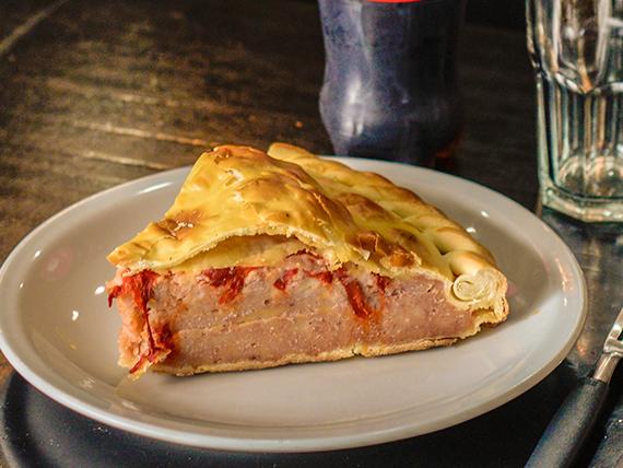 Porción de tarta de jamón, queso y morrón