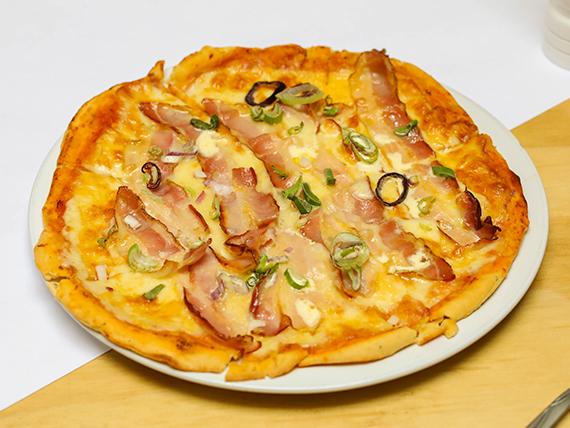 Pizza con muzzarella, panceta, cebolla de verdeo y crema