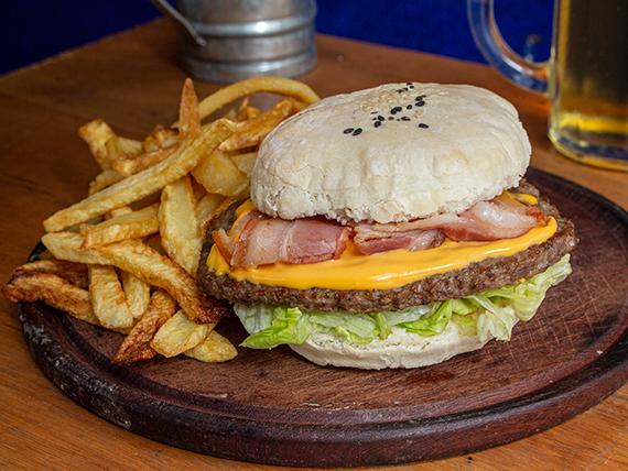 Hamburguesa cheddar y panceta con fritas