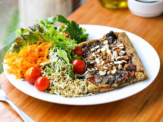 Tarta de verduras salteadas, crocante de almendras y rúcula 180