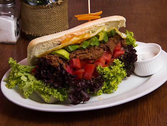 Sándwich de mechada criollo