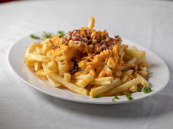 Porción de papas fritas con cheddar y bacon