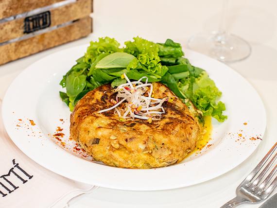 Tortilla de papas y cebollas con ensalada de verdes