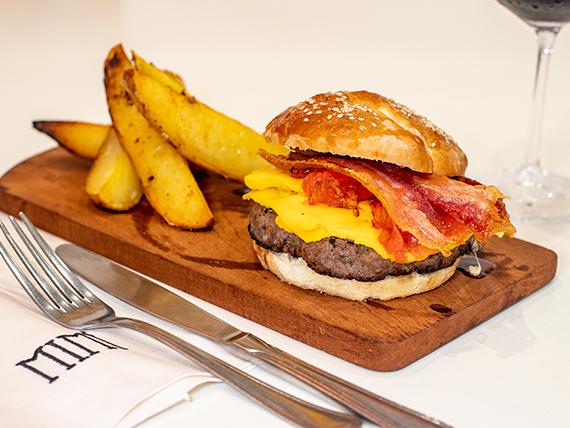 Hamburguesa con panceta crocante, queso cheddar y tomates confitados