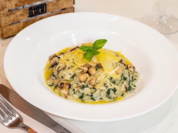 Risotto de espinacas, hongos frescos, almendras tostadas y escamas de parmesano