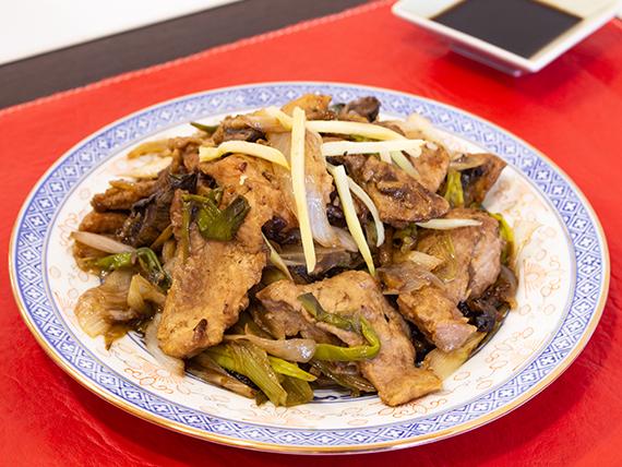 Cerdo con hongos y bambú chino