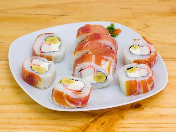 Roll de queso crema, choclo y kanikama, envuelto en jamón serrano