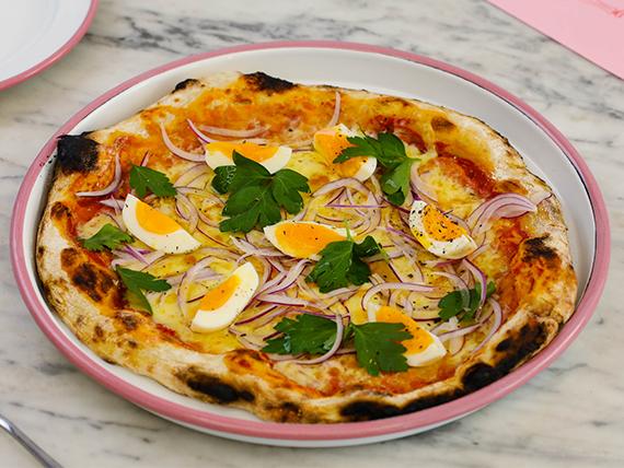 Pizza con queso, huevo mole, cebolla colorada y perejil