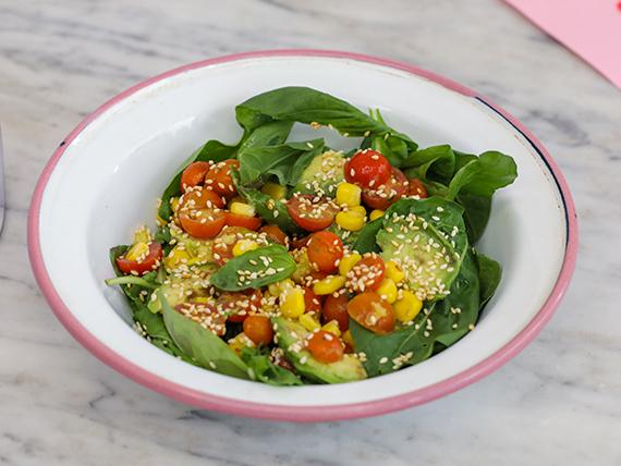 Ensalada de tomate, palta, choclo, rúcula, albahaca y sésamo