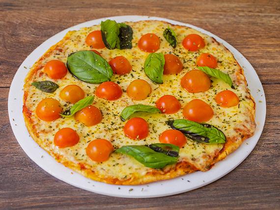 Pizza mozzarella con tomates cherry y albahaca