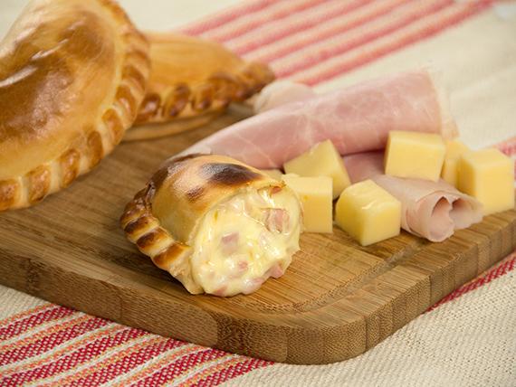 16 - Empanada de jamón y queso
