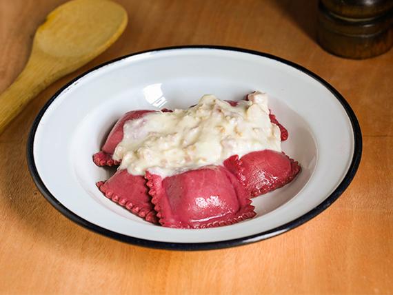 Raviolones de calabacín, nuez y muzzarella (masa de remolacha - 7 unidades)