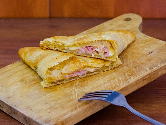 Empanada hoja de jamón y queso (17 cm)