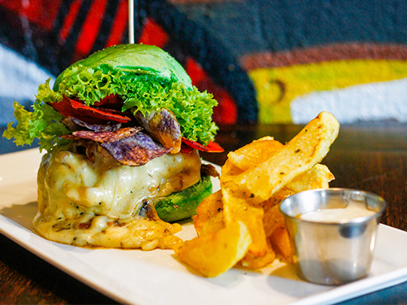 Estúpida y sensual burger con papas fritas