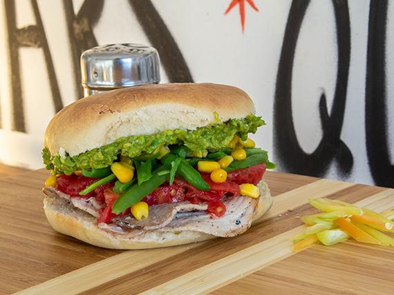 Sándwich en pan amasado, de lomito con dos agregados